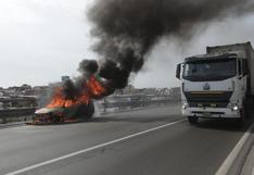 San Juan de Miraflores: auto se incendió a la altura de Puente Alipio