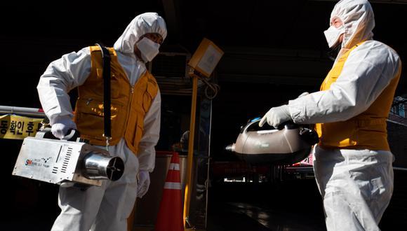 Oficiales de la Asociación de Control de Plagas de Corea del Sur se preparan para desinfectar una tienda en el mercado Daerim Jungang, un área con una alta concentración de ciudadanos chinos en Seúl. El objetivo es prevenir el contagio del coronavirus. (EFE / EPA / JEON HEON-KYUN).