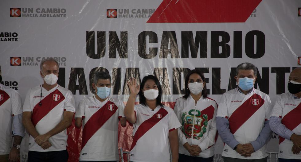 Keiko Fujimori, en la presentación de su equipo técnico el pasado 18 de mayo, uniformizó el uso de la camiseta. (Foto: Eduardo Cavero).