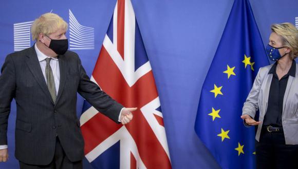 El primer ministro británico, Boris Johnson (izq.), gesticula hacia la presidenta de la Comisión Europea, Ursula von der Leyen (der.), dándole la bienvenida antes de las conversaciones sobre el acuerdo comercial posterior al Brexit. (Foto: EFE / EPA / OLIVIER HOSLET / POOL).