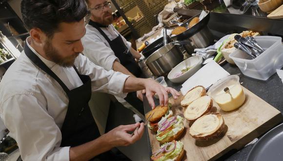 El chef Shachar Yogev sirve una hamburguesa de pollo fabricado en laboratorio. (Foto: JACK GUEZ / AFP)