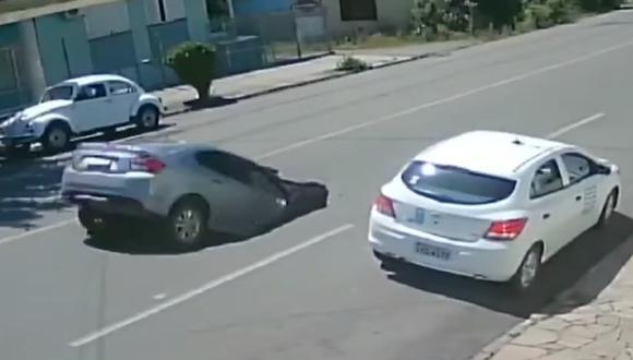 Un remolque al pasar por una concurrida calle en Brasil, abrió paso a un enorme socavón, al que cayó luego un automóvil. (Foto: Captura Youtube)