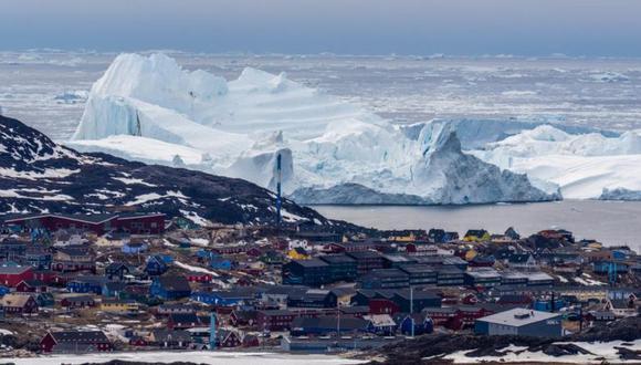 Un gigantesco iceberg se ve cerca de Ilulissat, Groenlandia, el pasado 19 de mayo de 2021, una señal clara del cambio climático. (GETTY IMAGES)