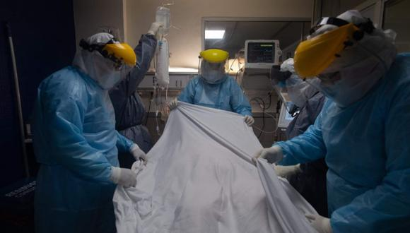 Health workers take care of a patient at a Covid-19 Intensive Care Unit (ICU), in a private hospital in Montevideo, on June 04, 2021. Uruguay has the highest number of Covid-19 deaths per capita in the world in the last 14 days, there is an increase of 11% from the last 7 days according to AFP's database / AFP / Pablo PORCIUNCULA