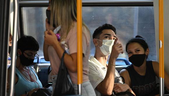 Los viajeros esperan la salida de un tren de la estación Once de Buenos Aires, el 7 de abril de 2021, en medio de la pandemia del nuevo coronavirus. (JUAN MABROMATA / AFP).