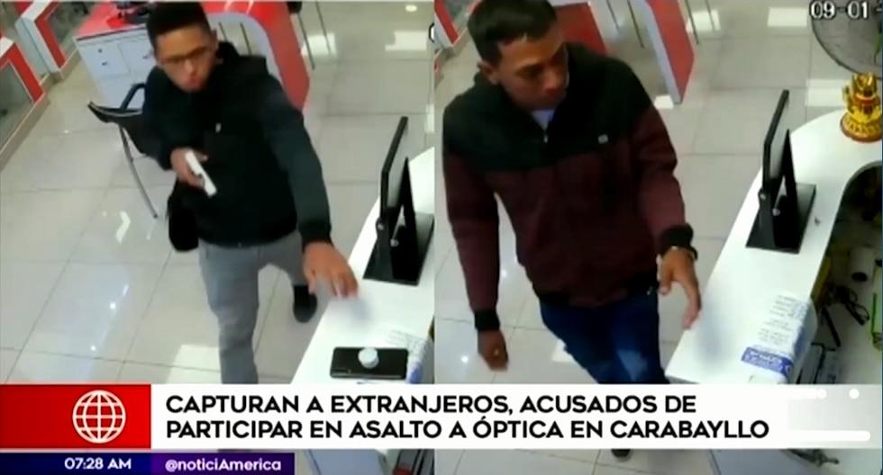Ambos sujetos fueron identificados por la Policía Nacional como los presuntos autores del asalto a la óptica. (Foto captura: América Noticias)