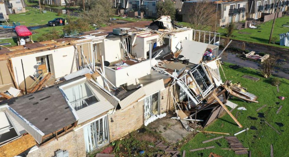 Una vista aérea desde un dron muestra un complejo de apartamentos dañado después de que el huracán Laura pasó por el área en Lake Charles, Louisiana. (Foto: Joe Raedle/Getty Images/AFP).
