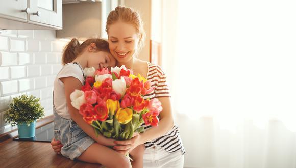 El día de la madre es una fecha muy importante en el calendario de todos, ya que les rendimos homenaje a nuestras madres para agradecerles todo el esfuerzo que han hecho y siguen haciendo por nosotros a lo largo de nuestras vida. A pesar de la actual situación, aún podemos engreír a mamá con hermosos detalles que definitivamente, harán que su día sea único y muy especial. (Foto: Shutterstock)