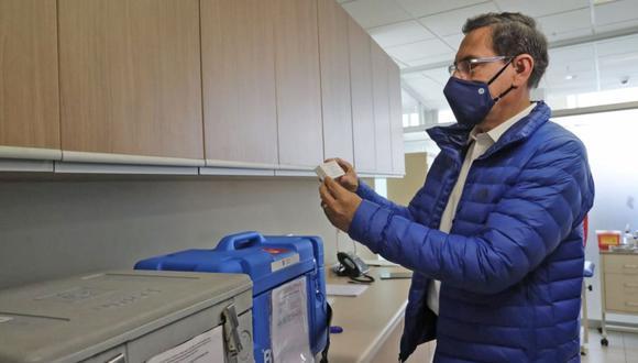 Martín Vizcarra verifica el desarrollo de los ensayos clínicos de la fase 3 de la vacuna contra el COVID-19 del laboratorio Sinopharm de China en la Universidad Peruana Cayetano Heredia. (Foto: Andina/Prensa Presidencia).