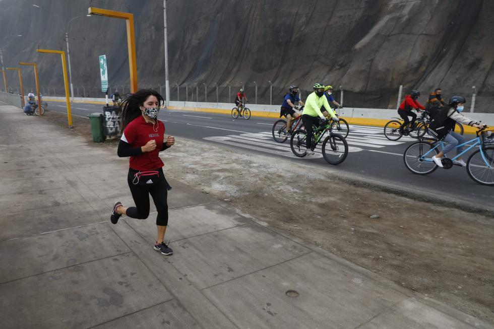 Cientos de ciclistas y corredores recorrieron la Costa Verde para aprovechar el primer domingo sin inmovilización total. Un recorrido por el ligar dio cuenta de que el frío y la neblina no impidieron que los ciudadanos hagan uso de este espacio público. (Fotos: Eduardo Cavero / @photo.gec)