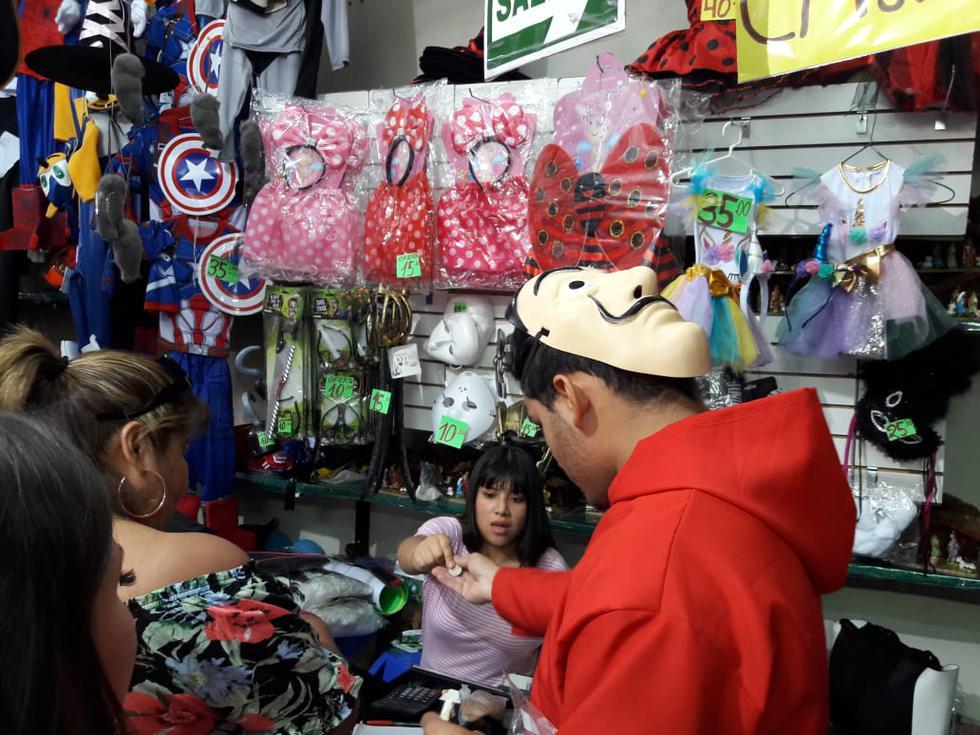 Comerciantes de los locales Damnificados y Galería Blanca han colocado disfraces y anuncios sobre los extintores. (Foto: Juan Guillermo Lara/El Comercio)