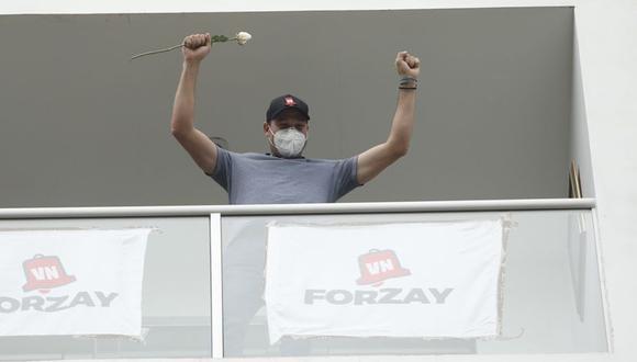 George Forsyth, quien dio positivo al Covid-19- saludó a sus simpatizantes desde el balcón de su casa. (Foto: José Rojas Bashe/ @photo.gec)
