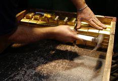 Oro cae 1% en medio de pequeños indicios de avance contra el COVID-19