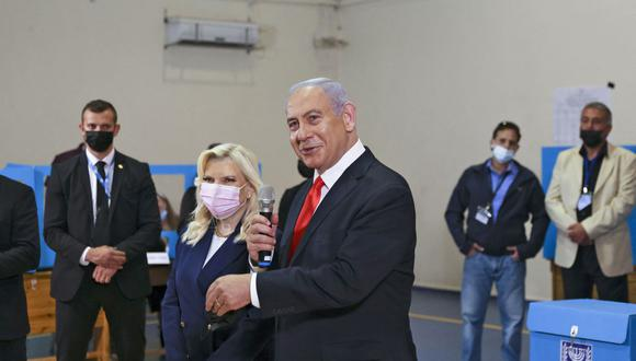 Benjamin Netanyahu vota junto a su esposa Sara. (Foto: RONEN ZVULUN / POOL / AFP).