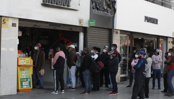 Aglomeración en local de Intralot en la avenida Abancay. (Foto: Renzo Salazar)