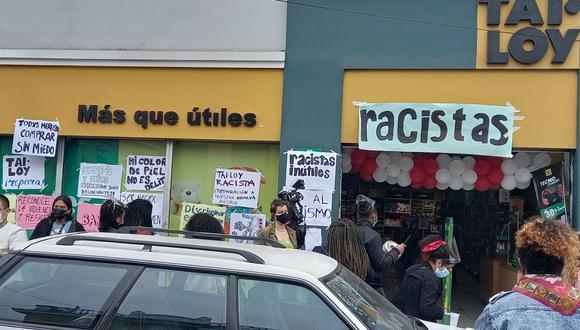 Un grupo de personas protestó en el local de Tai Loy de Barranco. (Foto: Luis Ernesto Mercado/@LuisMercadoH)
