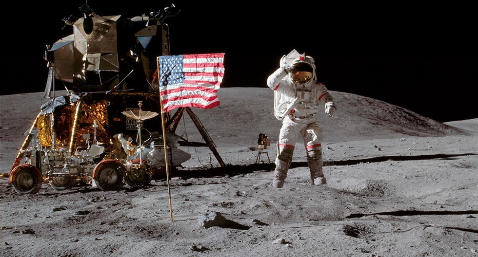 El astronauta John Young de la misión Apolo 16 saluda a la bandera de Estados Unidos en la superficie lunar. (NASA)