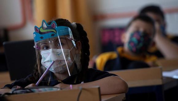 Un grupo de alumnos del Colegio Polivalente Patricio Mekis recibe su primera clase en el inicio del curso escolar 2021 en Chile. (EFE/Alberto Valdés).
