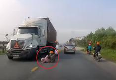 Madre salva a su hijo de ser arrollado por un camión en el último segundo e impacta al mundo