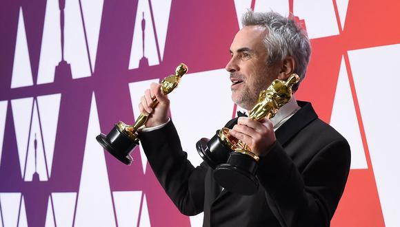 """Alfonso Cuarón con los premios Oscar que ganó gracias a """"Roma"""", uno de los grandes éxitos de la plataforma Netflix. (Foto: AFP)"""