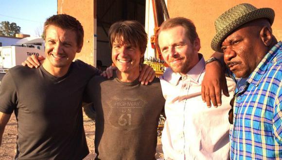 "Tom Cruise posa con actores de ""Misión imposible 5"""