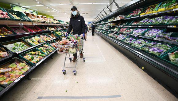 Las compras en supermercados del Reino Unido sumaron en las últimas cuatro semanas US$ 13,300 millones, según Kantar. (Foto: EFE)