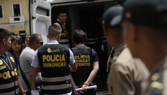 Agentes de la Divindat de la PNP detuvieron a siete personas acusadas de distribuir pornografía infantil a través de un grupo de WhatsApp. (Foto: Referencial/GEC)
