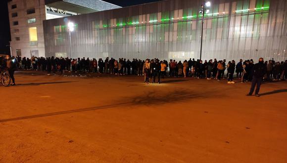 Gran cantidad de hinchas en las afueras del estadio El Arcángel. (Foto: @JoseManuelSB85)