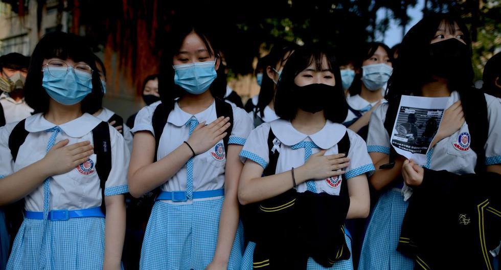Un grupo de estudiantes protestando el pasado 1 de octubre en una escuela en Hong Kong. (AFP)