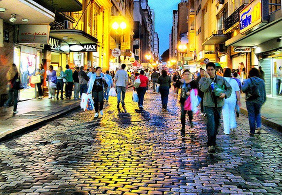 En la noche, este paseo del centro de Porto Alegre se ve iluminada por las luces de todos los locales comerciales. (Foto: Viaje a Brasil)