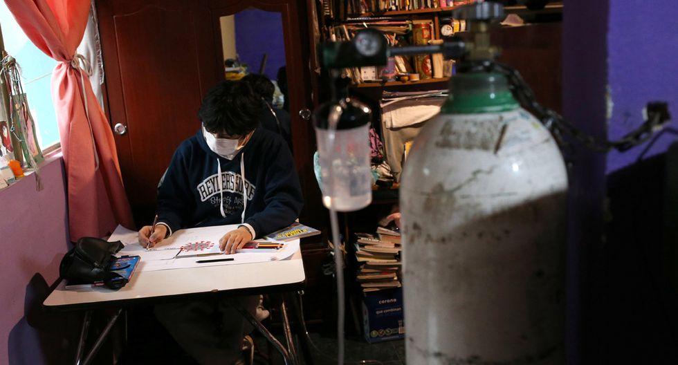 Kevin, de 16 años, que sufre de bronquiolitis, dibuja una vista microscópica del coronavirus para una tarea, en medio del brote de la enfermedad por coronavirus (COVID-19) en Soacha. (Foto: Reuters/Luisa Gonzalez)