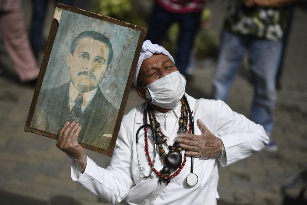 El médico venezolano José Gregorio Hernández fue beatificado este viernes en Caracas en una reducida ceremonia, acorde a las medidas de seguridad que marca la pandemia, a la que tan solo asistieron unas 150 personas. (Texto: EFE / Foto: AFP).