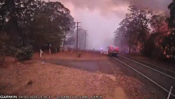 El inesperado cambio en el viento, propició el inmediato acercamiento de las llamas hacia el bosque. (Foto: Captura de video)