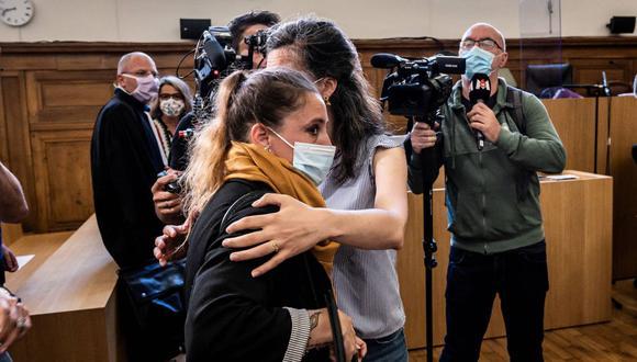Valerie Bacot (con mascarilla) llega flanqueada por su familia y rodeada de periodistas al Palacio de Justicia de Chalon-sur-Saone, el 21 de junio de 2021. (Foto de JEFF PACHOUD / AFP).