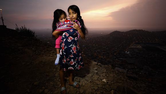 """Dalia Quispe y su hija Nicole viven en ampliación Cerro Centinela Mz J Lt 4. """"Ya se me acabaron la leche y los pañales. Su jarabe me durará como máximo para una semana y media más"""". (Foto: César Bueno / GEC)"""