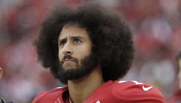 Colin Kaepernick, el jugador de la NFL que se arrodilló durante el himno de Estados Unidos, firma con Nike. (AP).