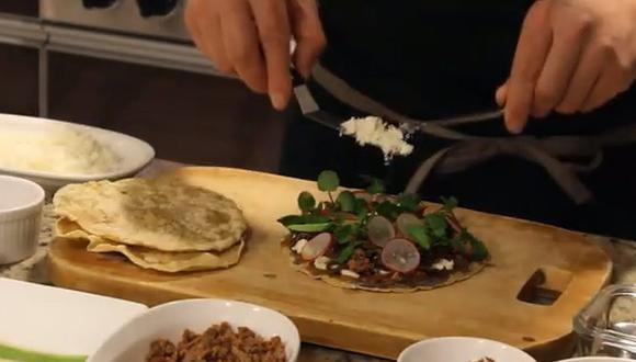 Integración de sabores peruanos y mexicanos en un solo plato: la tlayuda. (Foto: Embajada de México en el Perú / Facebook)