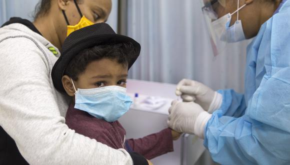 Un niño es sometido a una prueba rápida de COVID-19 en un hospital de República Dominicana. (Foto: Erika SANTELICES / AFP)