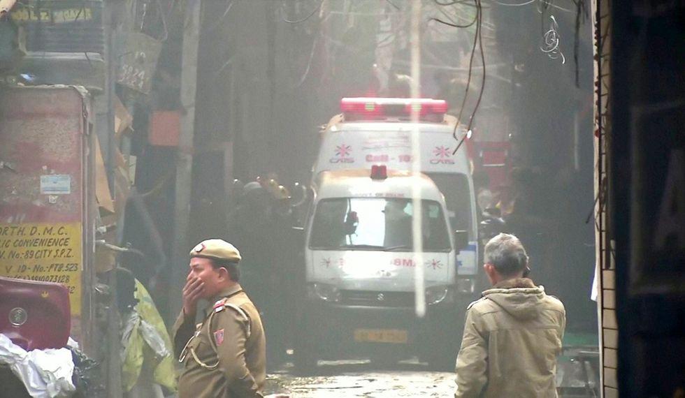 Las ambulancias se ven cuando la policía y los bomberos responden a un incendio mortal que arrasó una fábrica donde dormían los trabajadores, en Nueva Delhi, India. (Foto: Reuters)
