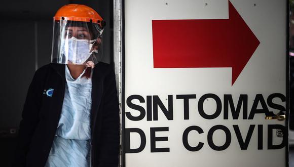 Una trabajadora sanitaria hace guardia en una zona de urgencias por covid-19 de una clínica, en Buenos Aires (Argentina). (Foto Refencial: EFE/Juan Ignacio Roncoroni/Archivo).