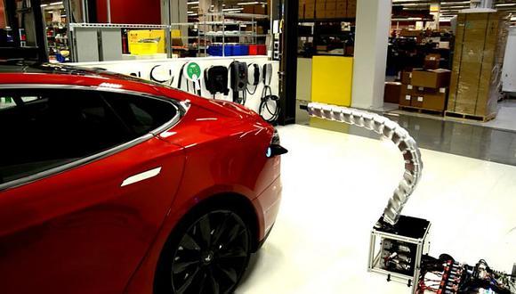 """Tesla muestra a la """"serpiente"""", su sistema de carga autónomo"""