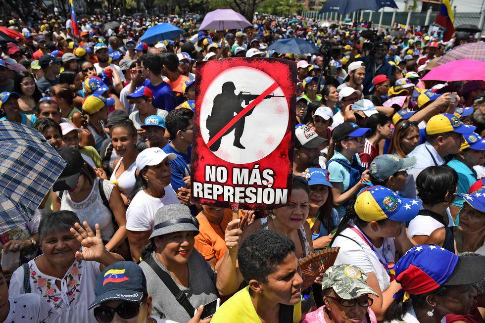 Numerosas personas se reunieron en Guatire para escuchar a Juan Guaidó. (AFP).