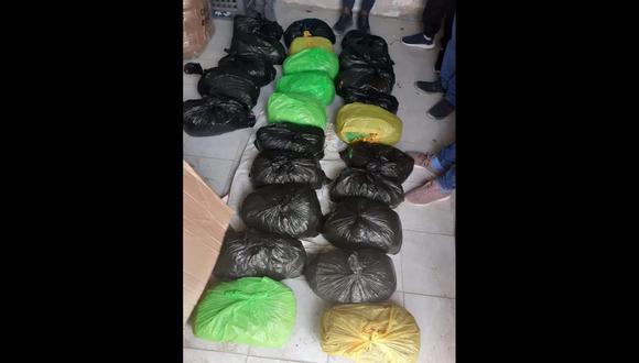 Arequipa: En la vivienda de los intervenidos se halló una caja de cartón donde tenían guardado 36 bolsas con marihuana. (Foto: PNP)