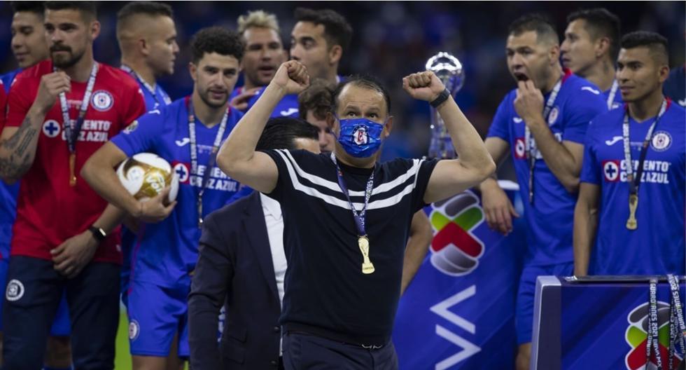 Juan Reynoso ya tiene dos títulos al mando de Cruz Azul. (Foto: AFP)
