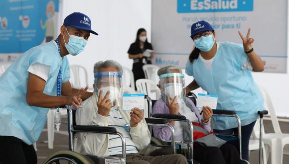 Según Essalud, 50 mil personas de la tercera edad, mayores de 85 años, fueron inmunizados contra el nuevo coronavirus. Además, precisó que solo queda pendiente atender al grupo de rezagados que serán vacunados en los siguientes días. (Foto: Essalud)