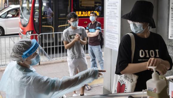 Los residentes hacen cola para recibir kits de prueba COVID-19 gratuitos en el edificio de las oficinas gubernamentales de Cheung Sha Wan en Sham Shui Po, Hong Kong, China. (Foto: EFE / EPA / MIGUEL CANDELA).