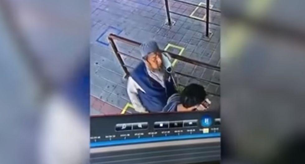 El hombre infectado con coronavirus escupió sin remordimientos a otro pasajero (Foto: Captura de pantalla/ Youtube)