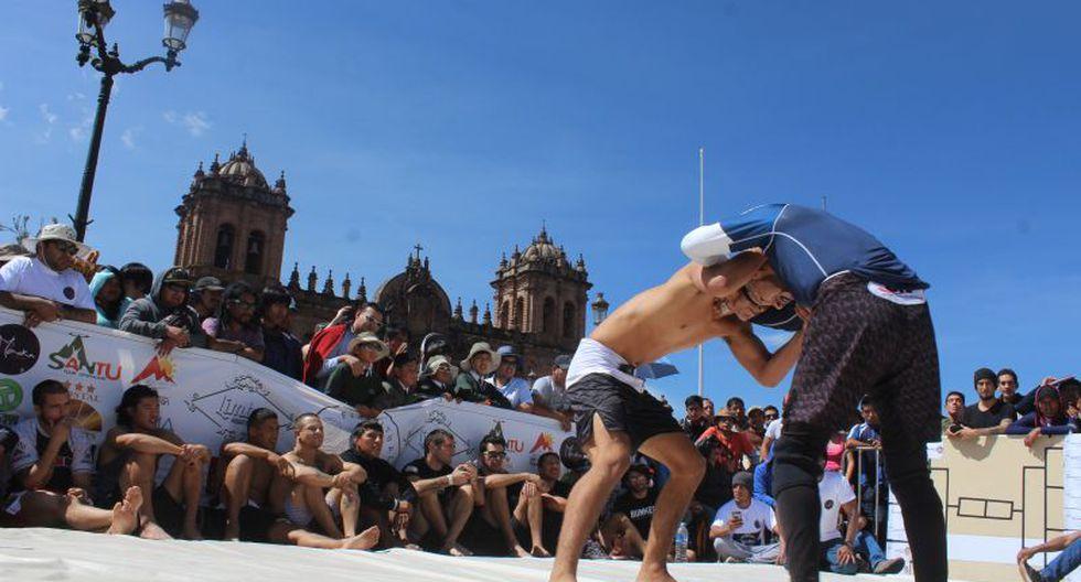 Esta mañana se realizó en la Plaza Mayor de Cusco un torneo de jiu jitsu brasileño que captó la atención de decenas de turistas nacionales y extranjeros.(Foto: Miguel Neyra / El Comercio)