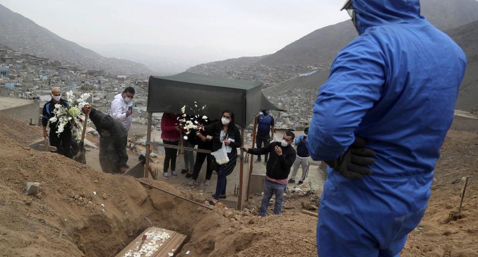 Familiares de Nolberto Albina lo entierran en el cementerio de los Mártires 19 de Julio en las afueras de Lima este 17 de junio. Según los miembros de la familia, Albina murió por complicaciones relacionadas con COVID-19. (Foto: AP / Martin Mejia)