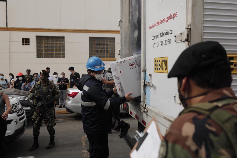 En medio de un fuerte resguardo policial, llegó el primer lote de vacunas de Sinopharm a los hospitales Arzobispo Loayza, San Bartolomé, Sabogal, Dos de Mayo, Hipólito Unanue, y Rebagliati. Se trata de la primera parte del lote de 300.000 dosis de la vacuna del laboratorio chino, las cuales llegaron al Perú el último domingo. (Foto: Leandro Britto / @photo.gec)